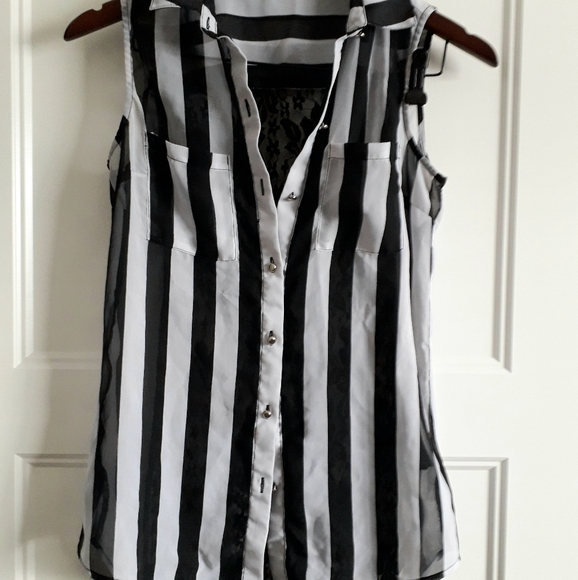 Suzy Shier Black & White Sleeveless Lace Blouse